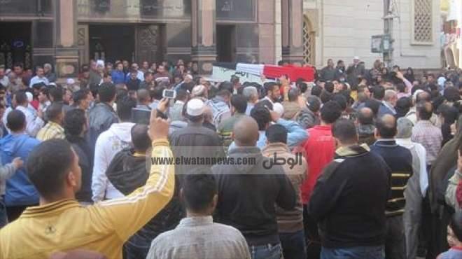 المئات يشيعون جثامين ضحايا انهيار عقار قرية