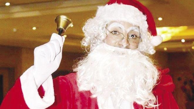 طالب صيدلة يرتدى قناع «بابا نويل» 4 أيام لإسعاد الأطفال