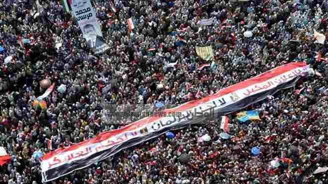 السياح الأجانب يحملون علم مصر فى مظاهرات الغردقة