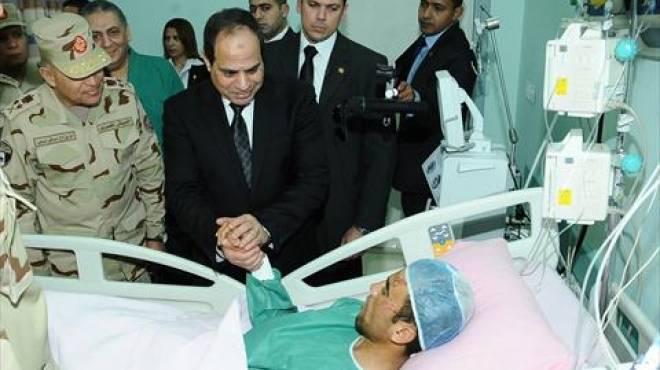 بالصور| السيسي يزور مصابي تفجيرات سيناء في المستشفيات العسكرية