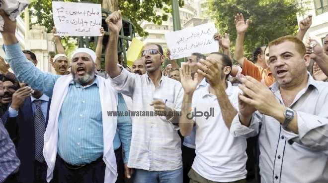وقفة احتجاجية للمعلمين بنظام العقد أمام إدارة ابوتشت بقنا