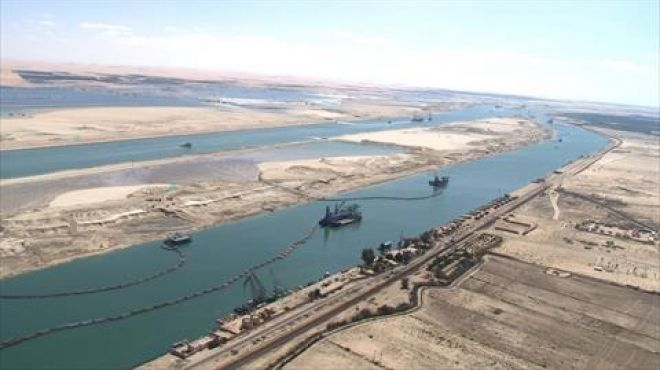 انتشال سيارة مقطورة سقطت في مجرى قناة السويس ببورسعيد