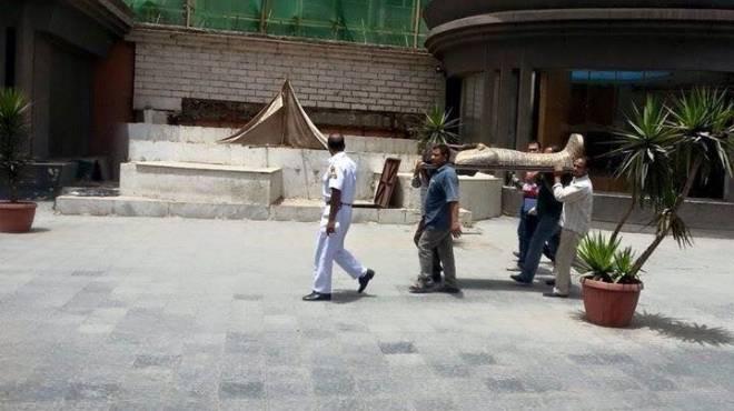 مديرالمتحف المصري يكذب الصورة وينفي نقل تابوت إخناتون على الأكتاف
