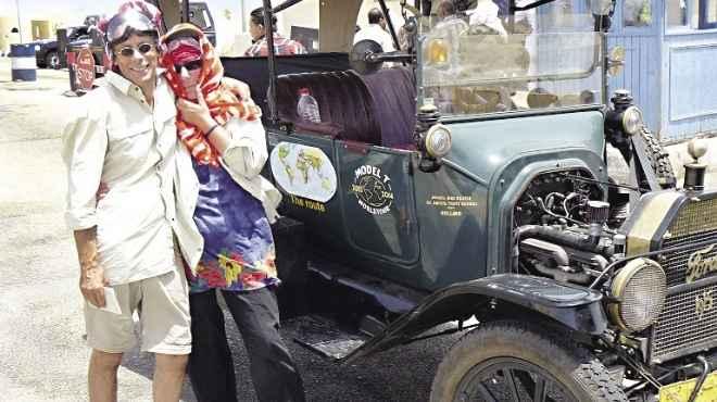 زوجان فى رحلة حول العالم بسيارة «فورد» عمرها 97 سنة