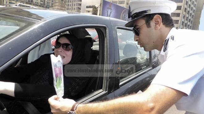 ضباط الإسكندرية يوزعون الورد على قائدى السيارات والمواطنين