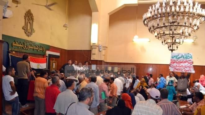 مسيرات غضب فى «بورسعيد».. وموظفو أحياء السويس يحاولون اقتحام المحافظة
