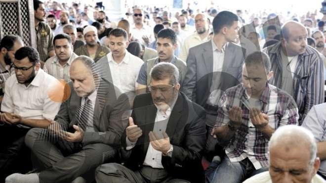 «الوطن» تنشر صورة جديدة.. «مرسى» يصلى فى حماية حارس خيرت الشاطر