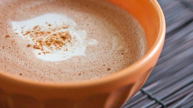 نكهة ألذ لمشروب الشوكولاتة الساخنة في كوب برتقالي
