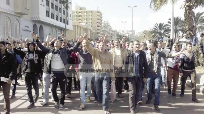 مأمور قسم أول الرمل يمتص غضب المتظاهرين برفع لافتة