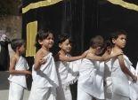 بالصور  الأطفال يرتدون ملابس الإحرام ويطوفون حول نموذج للكعبة في فلسطين