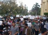 بالصور  طلبة جامعة المنصورة يحاصرون رئيس الجامعة والموظفين داخل مبنى الإدارة