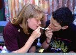 الكحة وألم الحلق وبحة الصوت.. أهم علامات التدخين لدى المراهقين