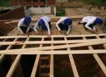بالصور  7 فتيات يتحدين الرجال بإنشاء سقف منزل