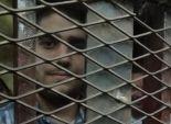 بالصور  نجل مرسي داخل القفص خلال محاكمته بتهمة