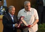 محافظ الاقصر يهدى درع المحافظة لرئيس الوزراء عقب افتتاح محطتى الطاقة الشمسية