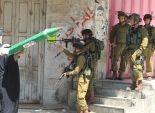 فلسطينيون يلقون