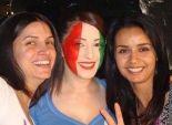 كندة علوش ترسم ألوان العلم السوري على وجهها