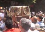 المئات يشيعون الكاتب أحمد رجب إلى مثواه الأخير بمسقط رأسه بالإسكندرية