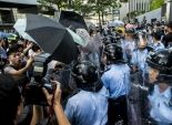 متظاهرون ملثمون يحاولون اقتحام البرلمان في هونغ كونغ الصينية