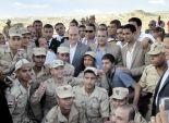 «مميش» يشهد ذبح الأضاحى مع العمال والجنود فى موقع قناة السويس الجديدة