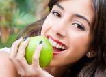دراسة: تناول وجبات خفيفة من الفاكهة يسبب مشاكل في الأسنان