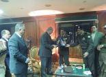 قائد المنطقة الجنوبية بأسيوط يهدي مديرية الأمن درع القوات المسلحة