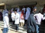 وقفة احتجاجية لأطباء وأطقم التمريض بالمستشفى الجامعي في أسوان