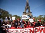 بالصور| وقفة تضامنية أمام برج إيفل لإحياء ذكرى اختطاف فتيات نيجيريا