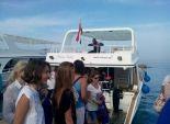 بالصور| إقبال كبير من سياح الغردقة على الرحلات البحرية هربا من الحرارة