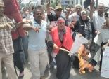 بالصور| أهالي الإسكندرية يحرقون راية