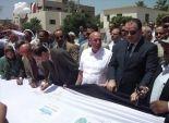 محافظ الفيوم ووزير الزراعة يوقعان على أطول علم لمصر احتفالا بالقناة